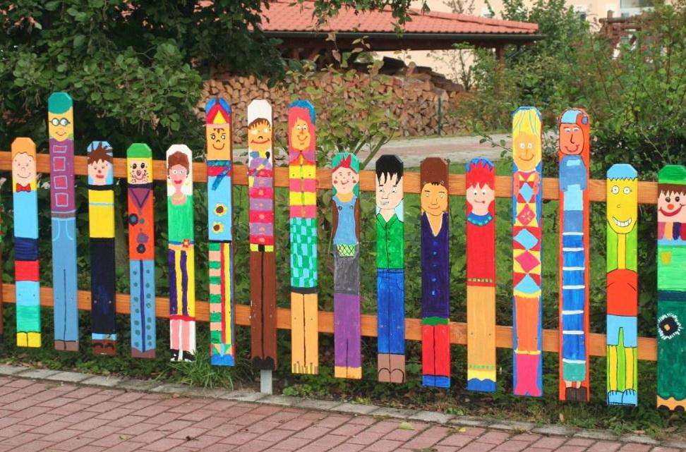 Забор в детском саду из подручных материалов