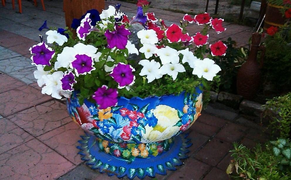 роспись цветников из шин на даче