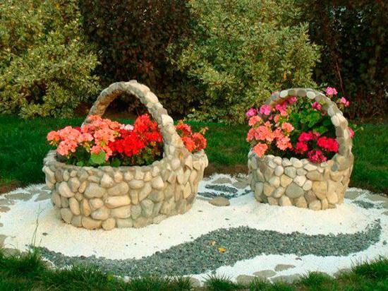 Клумба из натурального камня для дачи