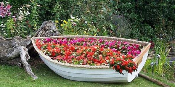 клумба на даче из лодки