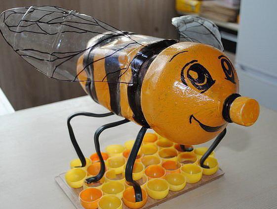 пчёлка из пластиковых бутылок
