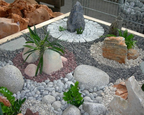 Клумба из натурального камня для сада