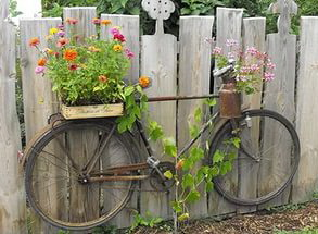 украшение забора велосипедом