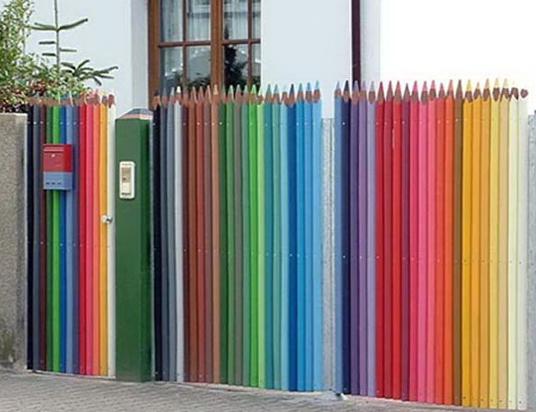 забор цветные карандаши