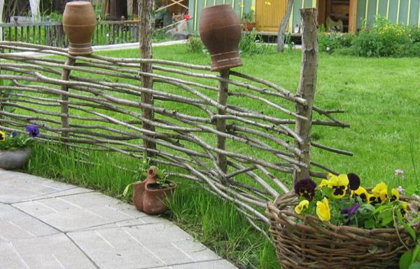 плетённый забор из лозы