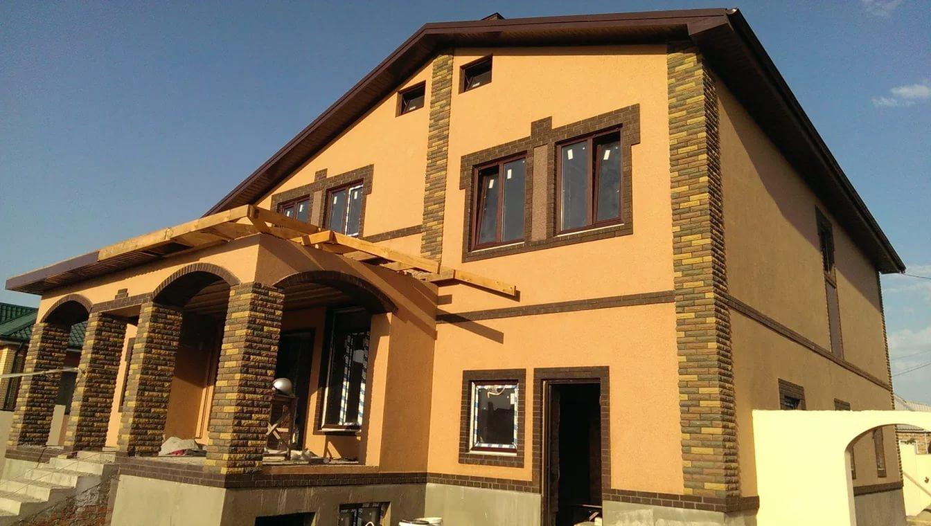 оштукатуренный фасад дома