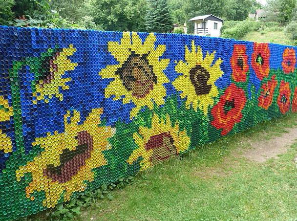 мозаика на заборе из пластиковых бутылок